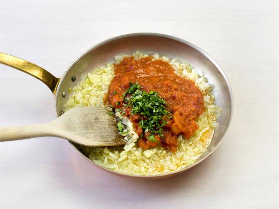 Finhakk løk og hvitløk, og fres blankt i olje. Tilsett tomater og hakket basilikum, og krydre med salt og pepper.