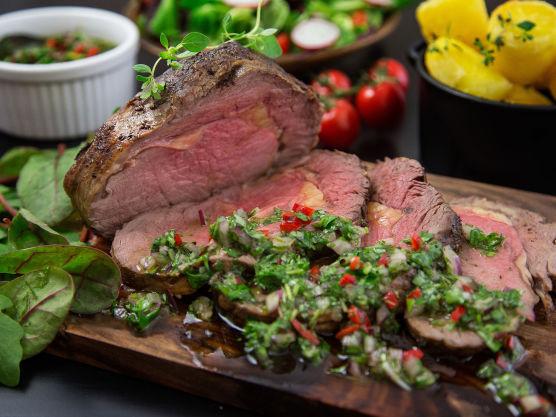 Mens kjøttet hviler 20 minutter på benken, stiger kjernetemperaturen til 62 grader og du får perfekt medium stekt biff. Liker du kjøttet mer rosa, tar du kjøttet ut når kjernetemperaturen er 52 grader. For gjennomstekt kjøtt er kjernetemperatur 63 grader. Server gjerne med en grønn salat med søte tomater og sprø reddiker smaker godt ved siden av.