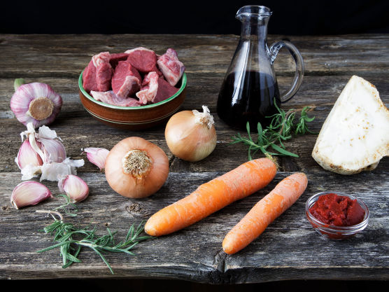 Skjær kjøtt, løk, gulrot og sellerirot i terninger. Finhakk hvitløken.