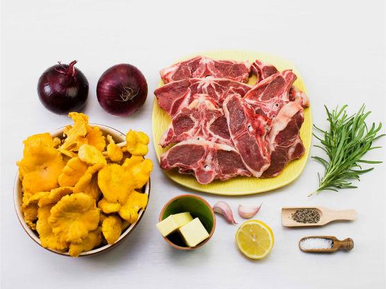 Lam og skogssopp en smakfull norsk høstklassiker! Rosmarin kan byttes ut med lavendel, salvie eller timian. Server gjerne med ovnstekte poteter eller rotmos.