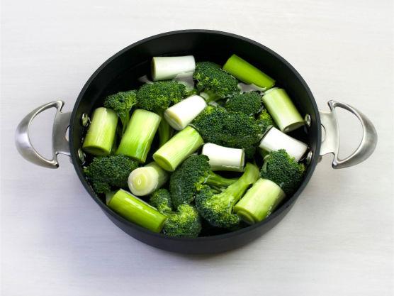 Del brokkoli i buketter og purre i biter, og kok dem knapt møre i lettsaltet vann i ca. 4 min. La renne av og ha over i en ildfast form.