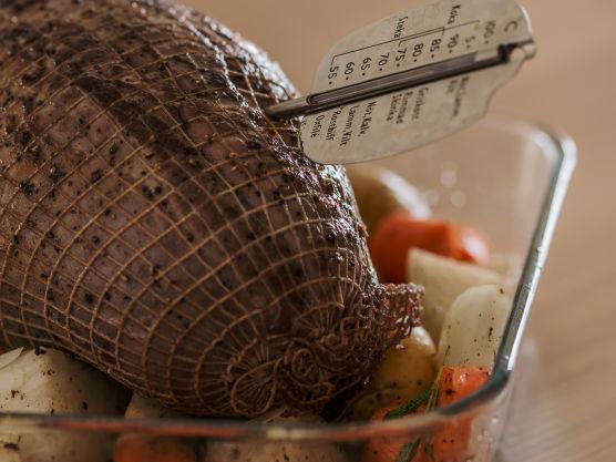 Gni reinsdyrsteken godt inn med salt og pepper. Varm en stekepanne med smør og brun reinsdyrsteken. Legg steken i den ildfaste formen med grønnsakene. Steketid for reinsdyrstek er litt over 2 timer. Bruk steketermometer, og stek i ovnen i ca. 2 timer til steketermometeret viser 62–65 °C. La kjøttet hvile i minst 10 minutter før du skjærer det opp.