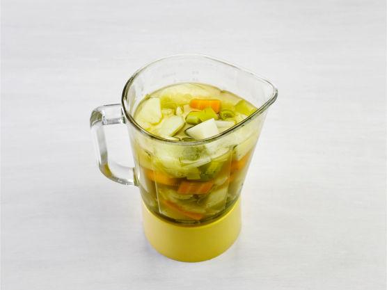 Tilsett kikerter og krydder, og kok opp. Smak til med salt og pepper.