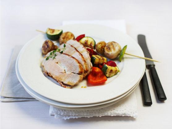Helstekt svinefilet med bacon og grønnsaksspyd er enkelt og godt!
