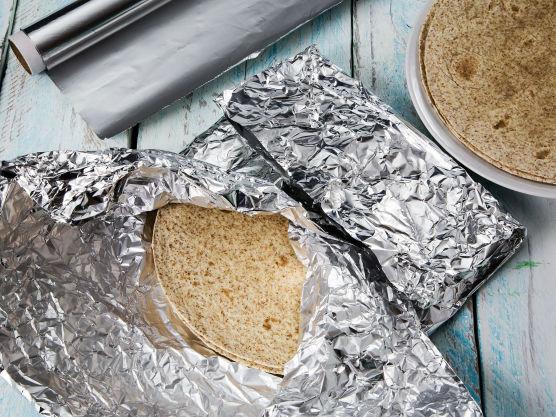 Pakk tortillaene inn i sølvpapir og varm dem 5-10 minutter i ovnen på 175 grader.