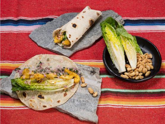 Legg de fire tortillaene utover et bord og fordel kjøttet og peanøttene på midten. Legg to kvarte hjertesalater oppå, og så en stripe med løk og koriandersalsa på hver. Rull tortillaen hardt sammen til en pølse og server.