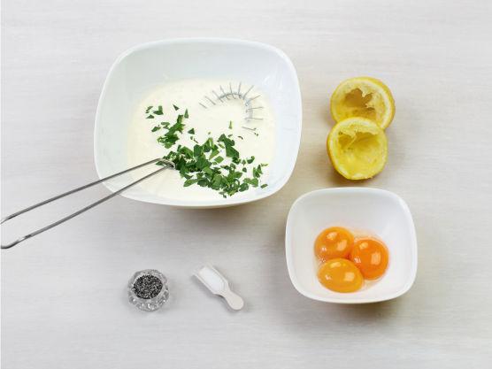 Skill hvite og eggeplommer. Visp sammen fløte og sitronsaft, ha i eggeplommer og persille. Smak til med salt og pepper.