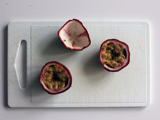 Pasjonsfruktmousse: Kutt pasjonsfruktene i to og skrap ut innmaten. Hell innmaten over i en sil slik at steinene ligger igjen i silen, og du sitter igjen med en klar pasjonsfruktpuré på ca. 200 gram.