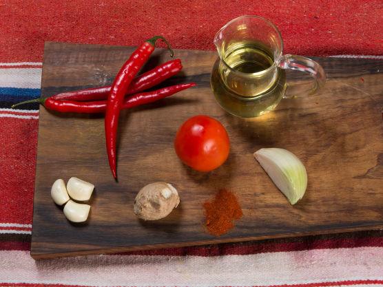 Finhakk chili, hvitløk, løk og ingefær og fres i oljen sammen med paprikapulveret.