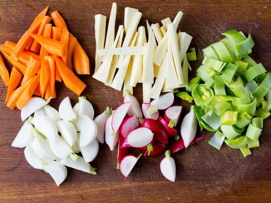 Tilsett løk, laurbær, pepper og timian. La kjøttet trekke til det er helt mørt og slipper benet, ca. 1 ½ time. Pass på at det ikke koker kraftig eller fosskoker for da vil kjøttet bli både hardt og tørt.