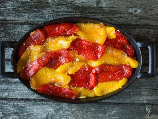 Fordel paprikaen og topp med litt cottage cheese-blanding og tomatsaus.
