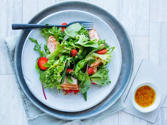 La fisken hvile på en tallerken mens du lager dressingen. Visp sammen olivenolje, limesaft, finhakket hvitløk, ingefær og en klype salt. Rens chilien for frø og finhakk den. Ha ca. 2 ts finhakket chili over i dressingen og legg resten til side så lenge.
