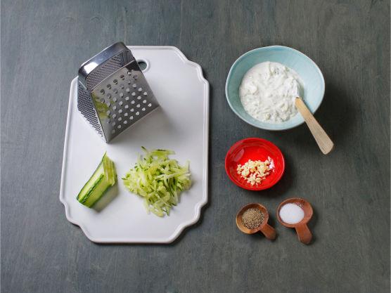 Riv agurk og klem ut væsken. Finhakk 1 fedd hvitløk, bland med kesam og smak til med salt og pepper.