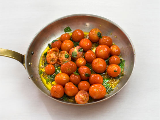 Ha tomater, sukker, salt og hakket basilikum i pannen og stek til tomatene sprekker, ca. 3 min.