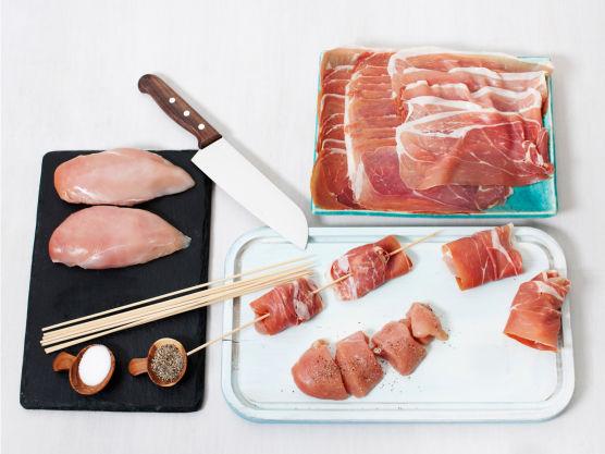 Skær kyllingfiletene i fire biter, krydre med salt og pepper, surr skinke rundt og tre på grillpinner. Pensle med olje og grill eller stek dem i ca. 8 min.