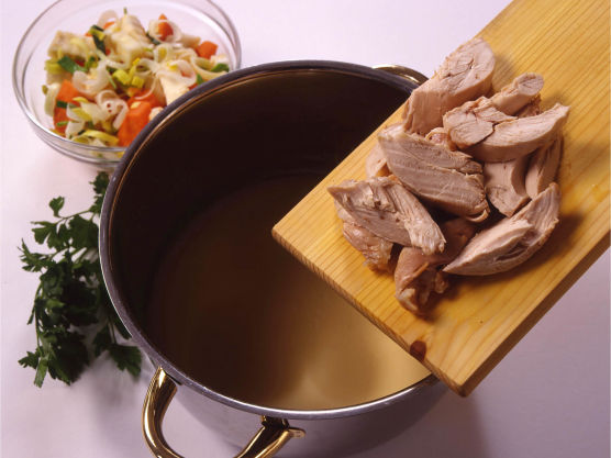 Fjern skinn og bein, og skjær kjøttet i passe biter som legges i sausen.