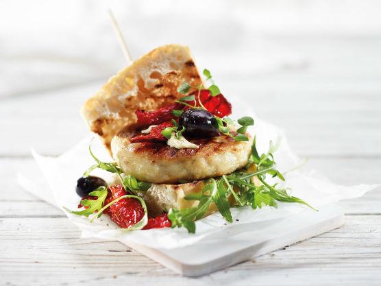 Varm brødene forsiktig. Ha på aioli og ruccola under og grillet paprika, oliven og fersk oregano oppå. Litt olivenolje og salt på paprikaen er godt.