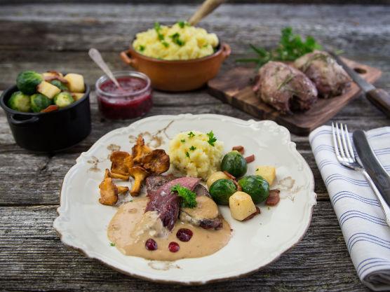 Ta rypene ut av ovnen, og la hvile i 5 minutter før du forsiktig med en skarp kniv skjærer brystkjøttet fra skroget og anretter dette på tallerkenen med alt det gode tilbehøret og raust med saus på toppen.