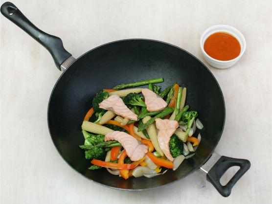 Ha i laksen og stek i ca. 1 min. og hell over woksaus.