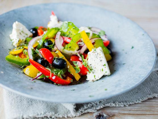 Topp med fetaost i grove biter, og dryss over oliven og hakkede urter.