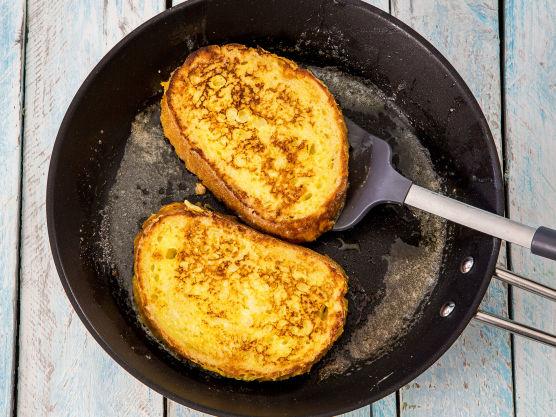 Sett en stekepanne på platen og skru den på middels varme. Ha smør i pannen og la det smelte før du steker brødskivene to og to. De trenger ca 1-2 minutter på hver side. De skal bli gyldenbrune.