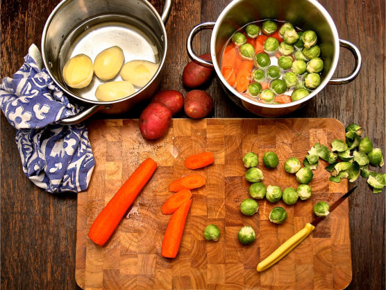 Skrell poteter og gulrøtter. Skjær av de brune rotendene på rosenkålen. Kok grønnsakene til de er møre. Potetene tar lengst tid så start med disse. Rosenkål trenger omtrent 10 minutter. Når kjøttet har stått 1 time i ovnen tilsetter du kjøttkraft, og lar stå ca 1 time til. Ta så kjøttet ut og la det hvile i 20 minutter.