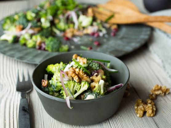 Bland sammen brokkoli, majonesdressing, sprøstekt bacon, granateplekjerner, rødløk, valnøtter og hakkede friske urter.