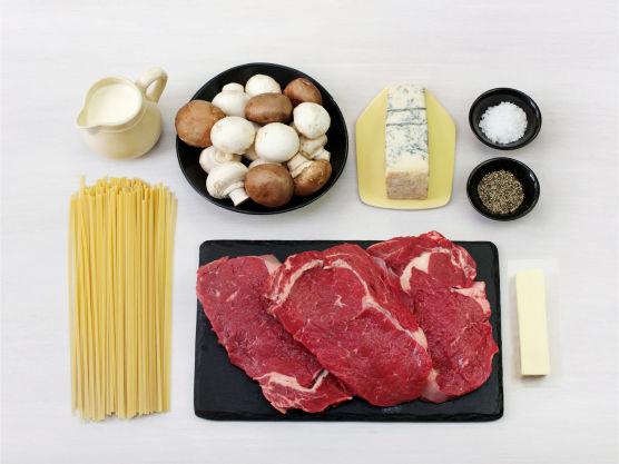 En saftig biffmiddag er manges favorittrett. Varier retten med ost etter egen smak.