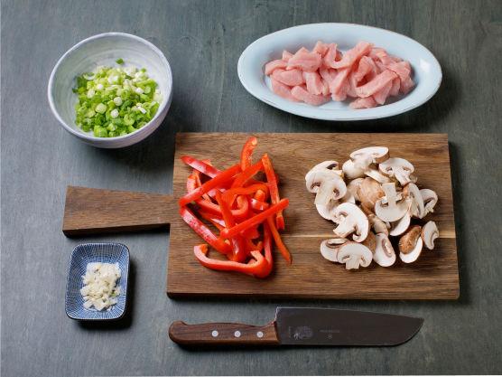 Skjær kalkunen i biter og sopp i skiver. Finhakk hvitløk og paprika og finsnitt vårløk.