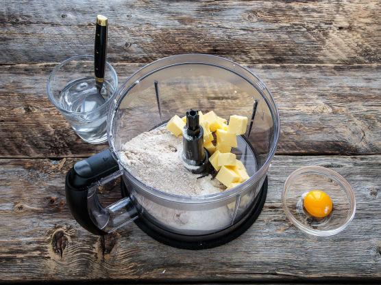 Ha mel og terninger av kaldt smør i en foodprosessor. Bruk pulsfunksjon (eller skru maskinen av og på selv), til smør og mel er blandet til en småkornete konsistens.