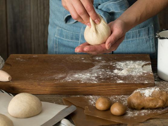 Etterhev i 10 minutter, for ett enda bedre resultat. Pensle med egg og stek bollene midt i ovnen på 225 grader i ca 10-15 minutter
