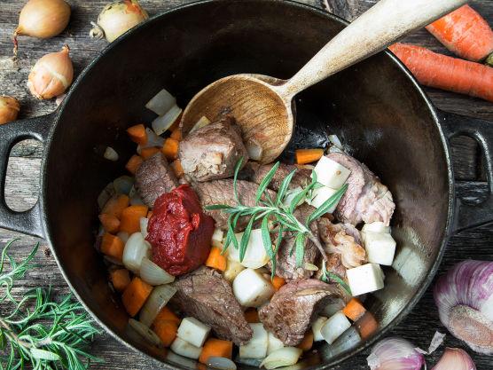 Brun kjøttet i en jerngryte i olivenolje, tilsett løken og la den frese med til den er blank og fin. Tilsett gulrot, sellerirot og paprikapulver, rør godt sammen. Tilsett hvitløk og tomatpurè og la det hele småkoke i 2 minutter under omrøring.
