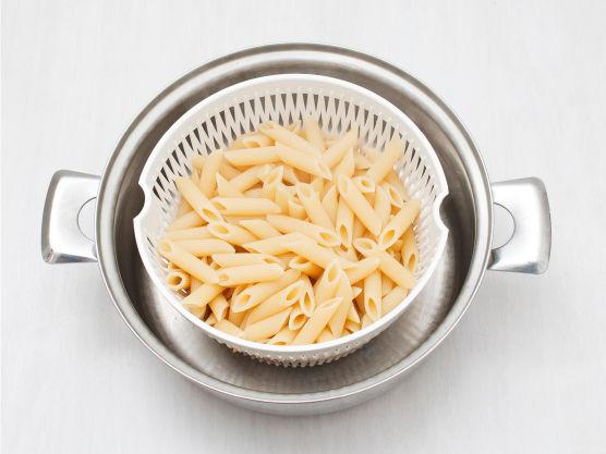 Kok pasta etter anvisning på pakken, og la renne godt av