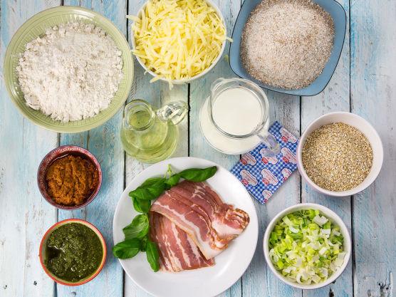 Bland alle ingrediensene til deigen sammen, og elt godt enten med eltekrok på en kjøkkenmaskin, eller med håndkraft på en melet bordplate. Legg deigen i en bolle og dekk med plast. Sett på et lunt sted og la heve til dobbel størrelse, ca. 30 minutter.