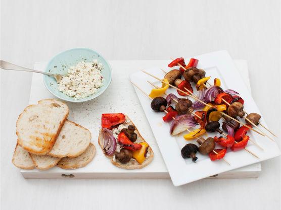 Grill eller rist brødet gyllent, ha på fetaostmos og grillede grønnsaker, og server.