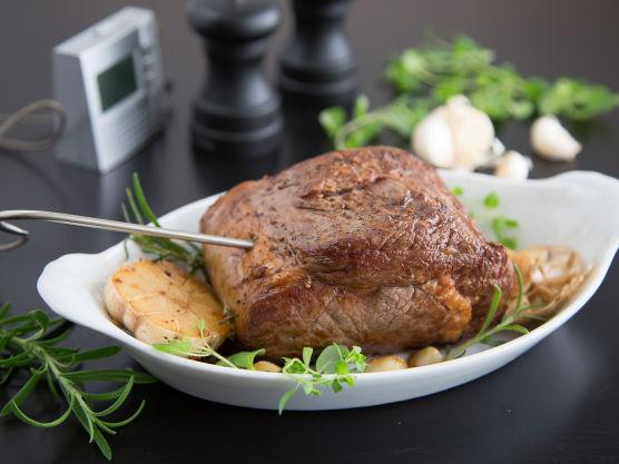 Salte og pepre kjøttet, og brun det raskt på alle sider i en stekepanne på høy varme. Ha en hel hvitløk delt i to i pannen sammen med kjøttet, og noen kvaster med frisk rosmarin eller oregano. Sett et steketermometer i kjøttet, og legg det i en ildfast form sammen med hvitløk og urter fra pannen. Stek entreôten på 170 grader til kjernetemperaturen viser 58 grader.