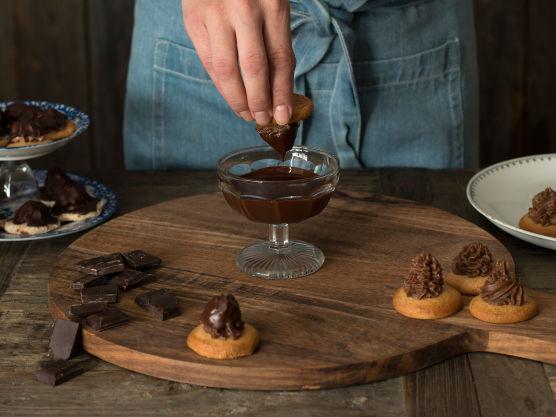 Lag sjokoladeglasur ved å smelte kokesjokolade og delfiafett i en metall- eller glassbolle over vannbad. Rør glasuren jevn.