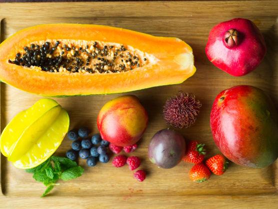 Rens og del all frukten bortsett fra bringebær og pasjonsfrukt i fine biter. Ha alt over i en bolle. Del pasjonsfrukten i to og skrap ut fruktkjøttet med en teskje. Bland pasjonsfrukt, bringebær og noen mynteblader sammen med den delte frukten til en herlig salat.