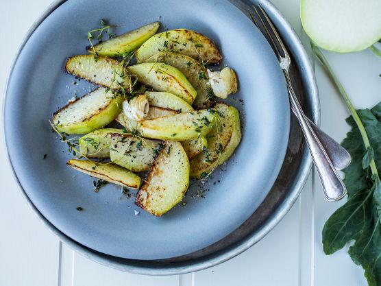 Varm en stor stekepanne og stek knutekålen gyllen og knapt mør i smør. La hvitløken og en god kvast timian få steke med hele tiden.