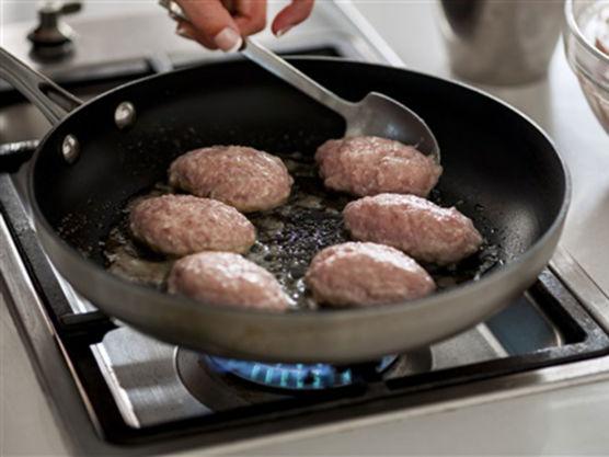 Form runde kaker med skje, brun dem i smør i en middels varm stekepanne. Trekk dem ferdig i vann, kraft eller buljong.