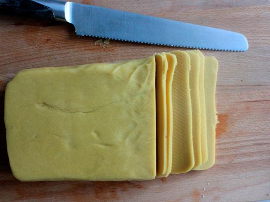 Når paideigen har hvilt lenge nok i kjøleskap kan du finne frem paiformen/paiformene. Spray litt formfett i paiformen.