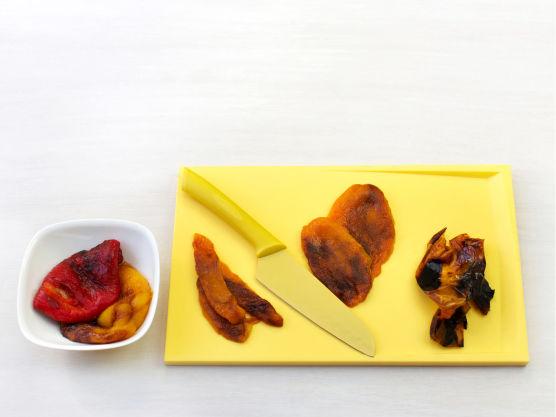 Grill hele paprika svarte på grillen, ca. 8-10 min. eller under grillelement i ovnen. Legg paprikaen i en skål vann og gni av det brente laget.