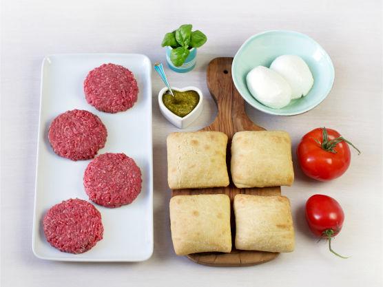 En grillklassiker med smak av Italia! Burgerne kan du kan også lage med kyllingkjøttdeig, vanlig kjøttdeig eller karbonadedeig.