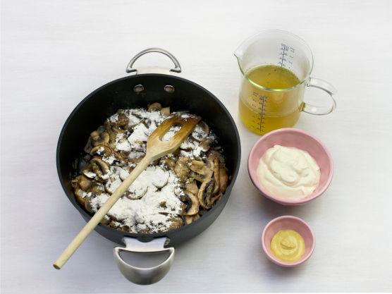 Stek sopp og løk gyllent i olje i en gryte, strø over mel og ha i kraft, crème fraîche og sennep og la småkoke i ca. 15 min.