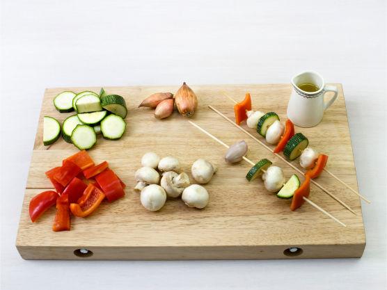 Del grønnsakene i biter, tre bitene på spyd, pensle med olje, og grill eller stek spydene i ca. 5-10 min. Øs over stekesjyen fra foiliepakken ved servering.