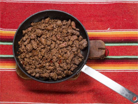 Stek kjøttdeigen og bland inn krydderoljen.