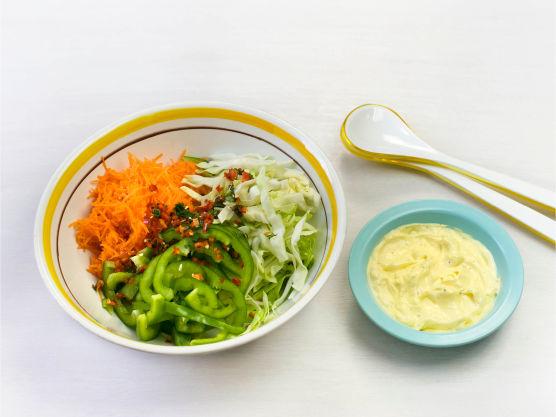 Finhakk koriander og chili, finsnitt kål og paprika og riv gulrot. Bland med majones og limesaft og smak til med salt.