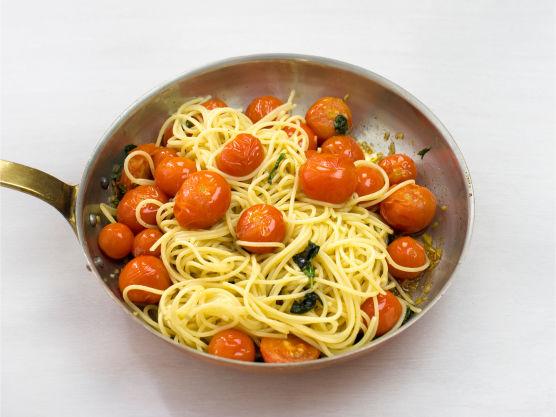 Ha avrent pasta i pannen, bland godt og server.