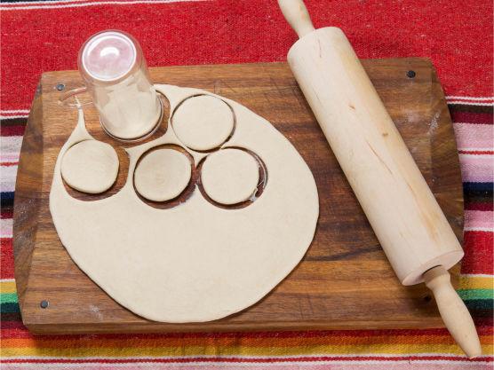 Kjevle ut til ca 4 mm tykkelse. Stikk ut ringer med et glass og pensle med sesamolje. Legg to og to sammen med oljesiden mot hverandre, og kjevle disse ut til 10–12 cm i diameter og 2–3 mm tykkelse.