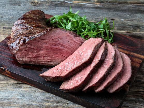 Grill hele kjøttstykket først 1 minutt på hver side på direkte varme, så du får en fin stekeskorpe.  Flytt deretter kjøttet over på indirekte varme og la det steke 10 minutter på hver side.  Bruk gjerne et steketermometer for å få perfekt stekegrad. For medium stekt biffkjøtt er kjernetemperaturen 58-64 grader. Skvis litt sitron over kjøttet før det skal hvile 10 minutter, før du skjærer i det.